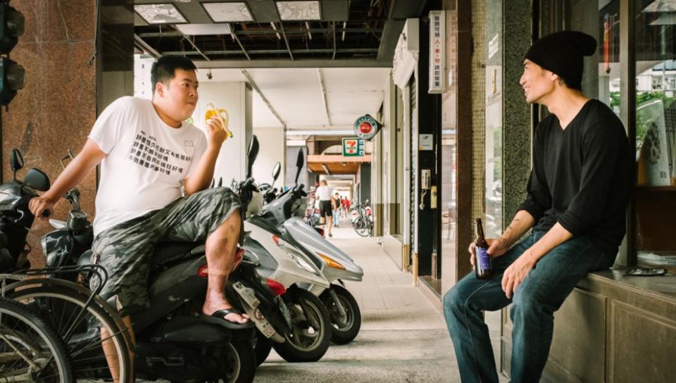 「喵球」黃浩嘉(吃香蕉者)與任明信(喝啤酒者)。未滿十八歲請勿喝酒,酒後勿開車。