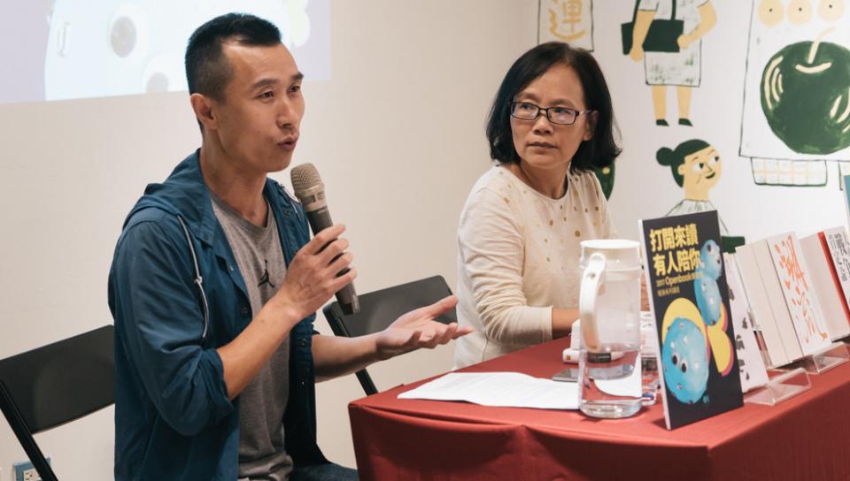 八旗文化總編輯富察(左)與前開卷主編李金蓮對談年度好書。