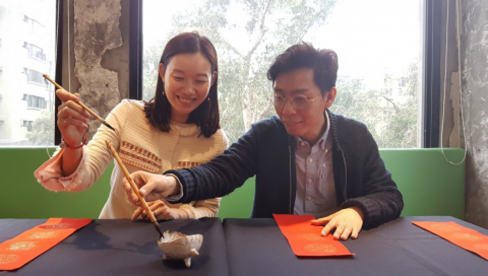 香港詩人陸穎魚(左)及澳門詩人邢悅。
