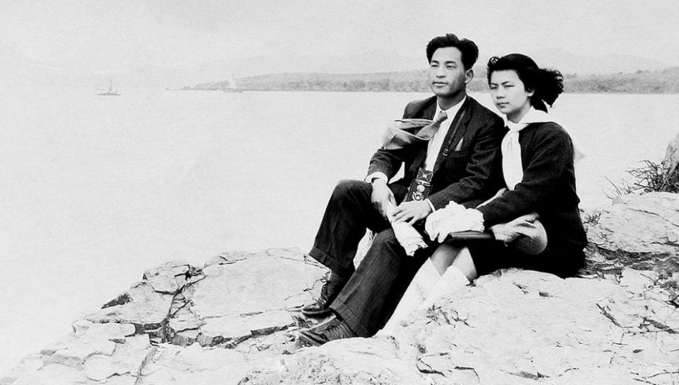 作家金宇澄父親(28歲,《時事新報》記者)與母親(20歲,復旦中文系大二學生)在太湖留影,1947年4月7日。(新經典文化提供)