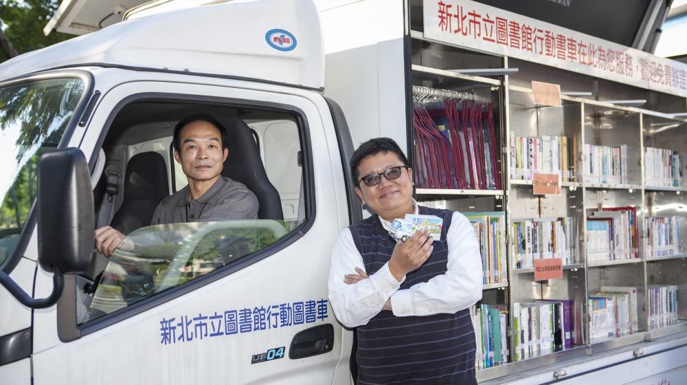 行動書車司機鍾先生(左)與新北市立圖書館課長李毓偉。