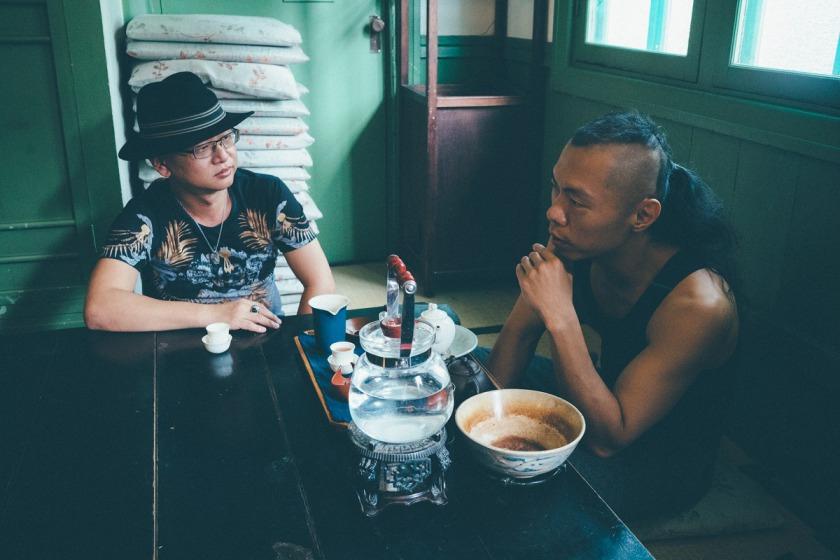 武俠小說家沈默(左)與武鬥派設計師小子喝茶暢談武林事。(王志元攝影)