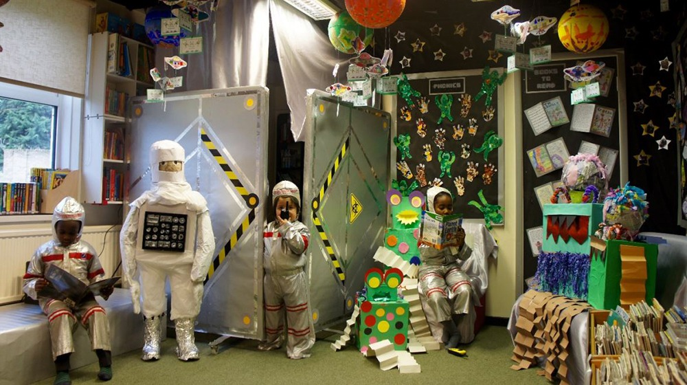 英國聖方濟天主小學(St Francis R C Primary)以「外太空」進行發想而完成的創作(取自WBD官網)