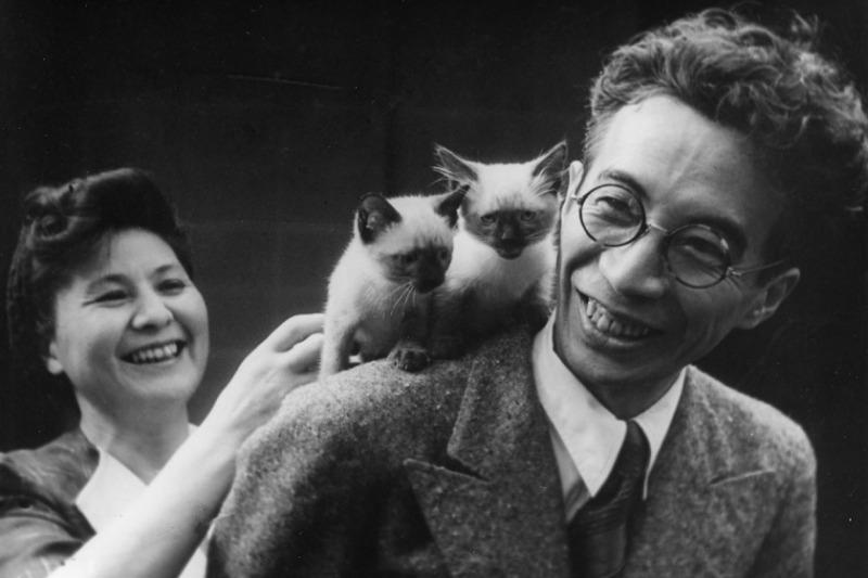 日本作家大佛次郎(右)與貓。(圖片來源:大佛次郎紀念館)