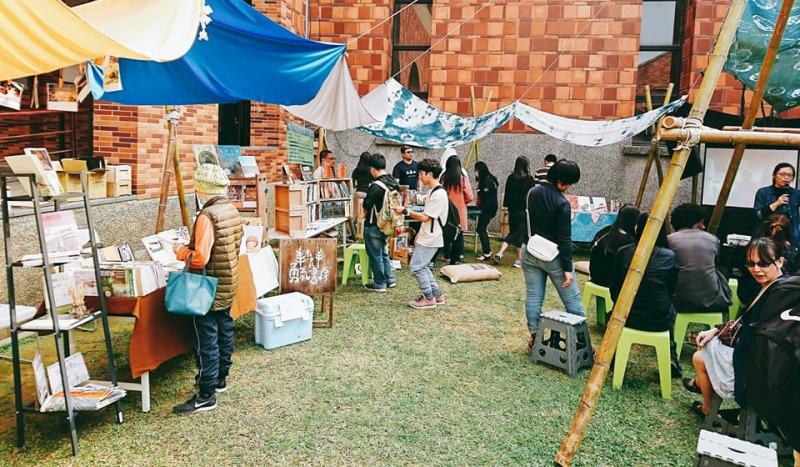 嘉義在地獨立書店各擁特色,共同組成「書式生活」,參與「草草戲劇節」的市集活動。(取自嘉義書式生活FB)