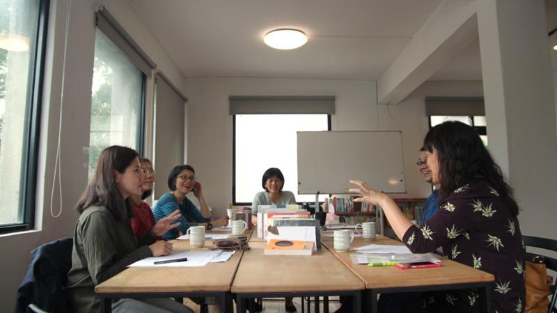 左起:羅百合(研香師)、許琳英(翻譯工作者)、劉佳奇(書店外文圖書採購)、周月英(Openbook閱讀誌總編輯)、郭光宇(心靈諮商師)、劉叔慧(作家)