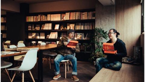 漫畫家阮光民(右)與設計師蔡南昇。(陳藝堂攝)
