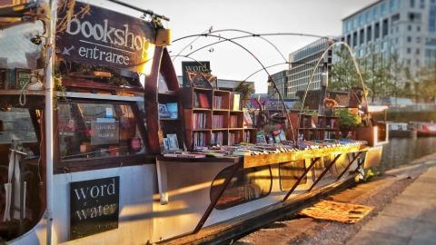 停泊於倫敦攝政運河上的Word On The Water,是英國唯一的一間水上書店。(圖片取自Word On The Water粉絲專頁)