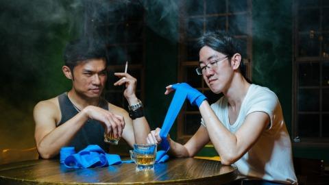 臥斧(左)指導劉霽硬漢心法:「切記,未滿18歲,請勿抽煙、飲酒。」