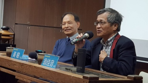 資深文字工作者黃驗(左)與中研院台史所副研究員(章倩萍攝)