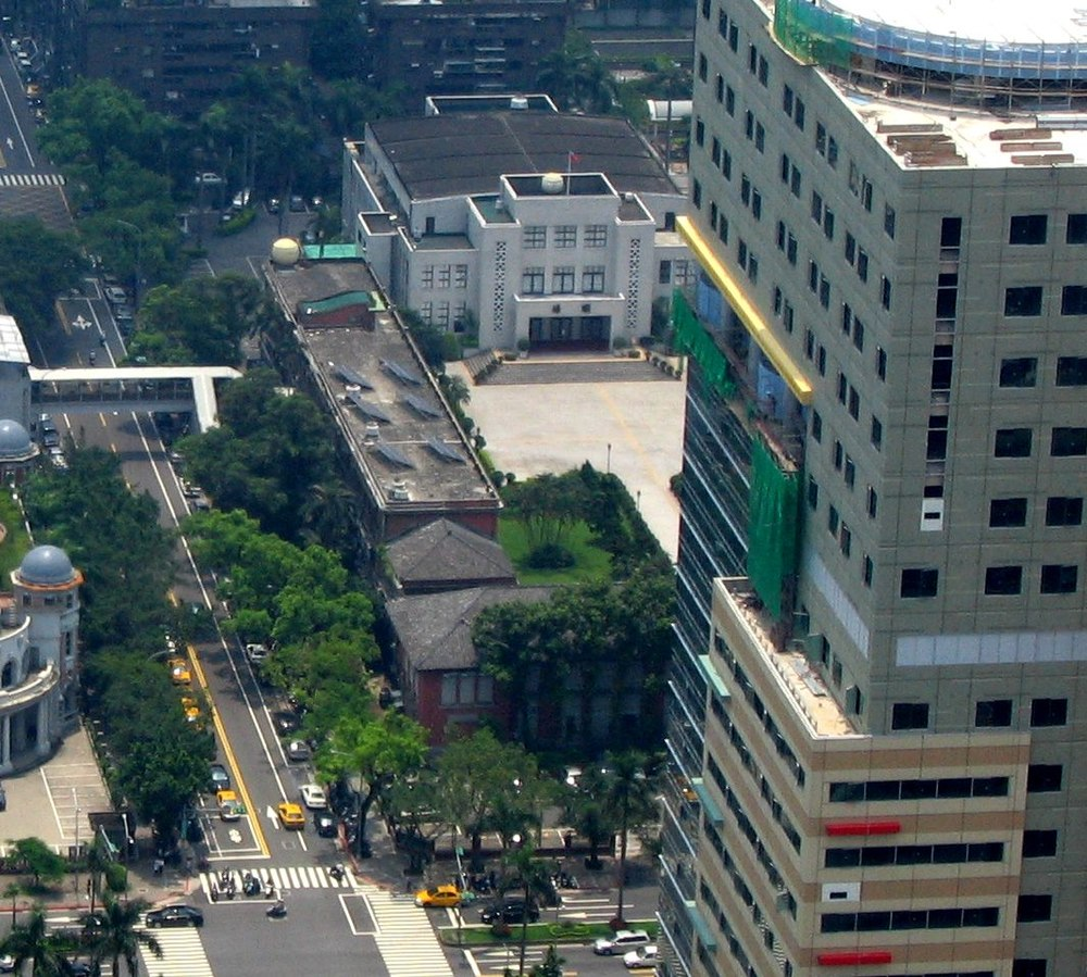 1001px-legislative_yuan_view_partially_blocked_by_national_taiwan_university_childrens_hospital_20050702.jpg