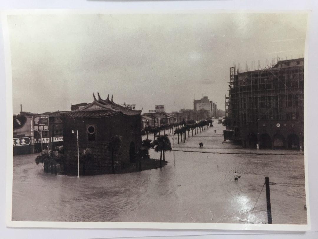 1961nian_9yue_tai_feng_bo_mi_la_shui_yan_zhong_hua_lu_yu_zhong_xiao_xi_lu_kou_.jpg