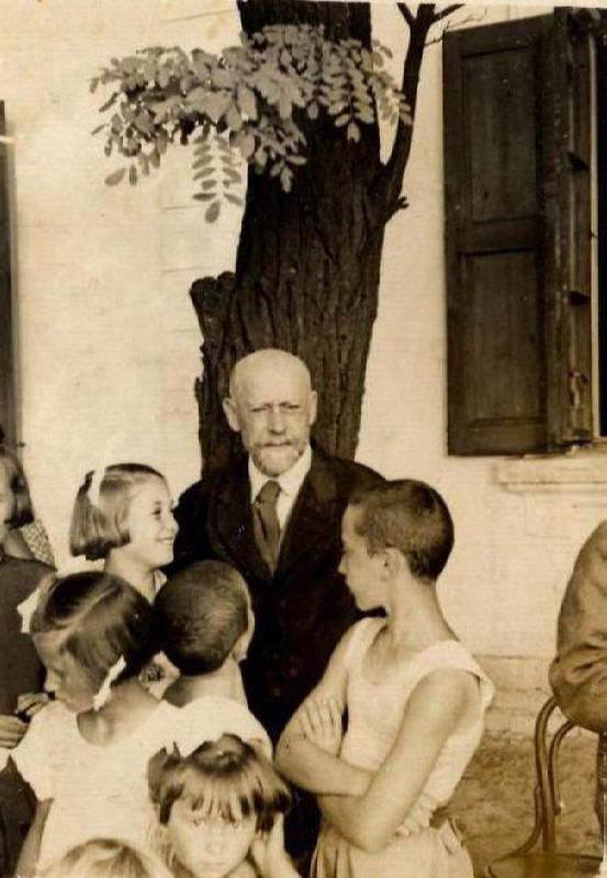 janusz-korczak-with-children.jpg