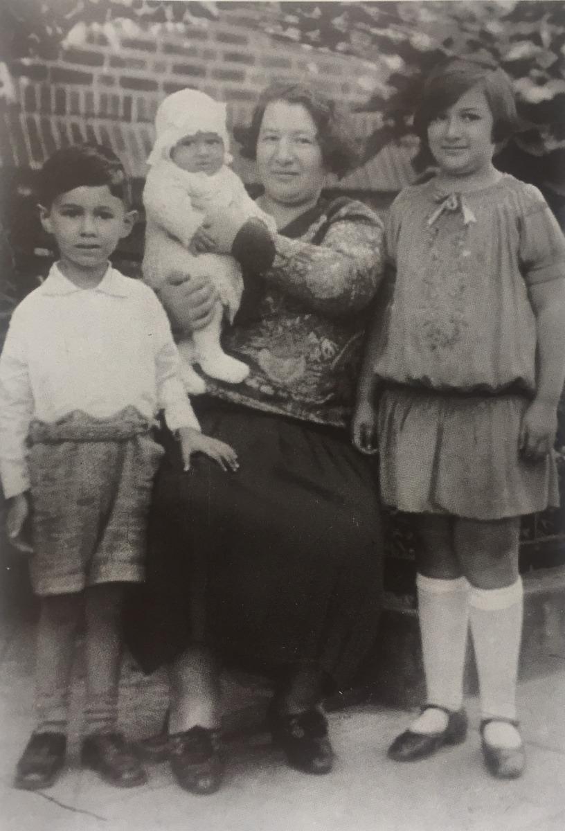 sang_da_ke_he_mu_qin_zhu_zi_zi_ge_ge_yu_1928nian_he_zhao_.jpg